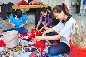 Sinh viên Cần Thơ làm lồng đèn tặng trẻ em vùng sâu vui Trung thu