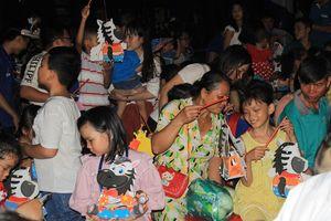 Mặc mưa lớn, 2.000 bạn nhỏ TPHCM đón trung thu trong tình thương ấm áp