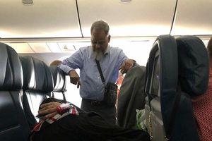 Chồng đứng 6 tiếng đồng hồ trên máy bay canh cho vợ ngủ