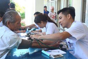 Hơn 1.000 hộ nghèo được khám bệnh, cấp phát thuốc miễn phí