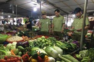 Quản lý thị trường Hà Tĩnh kiểm soát chặt thị trường mùa mưa bão