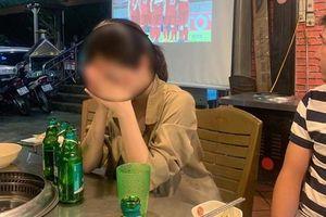 Đang cổ vũ ĐT Việt Nam, cô gái bỗng tia được bạn trai ôm ấp gái lạ trên khán đài