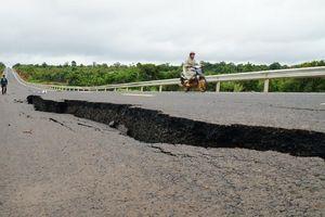 Kiểm tra, xác định nguyên nhân gây sụt lở đường tuyến tránh Chư Sê - Gia Lai