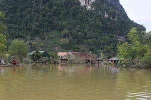 Xót xa những ngôi nhà bị ngập đến nóc ở vùng lũ Quảng Bình