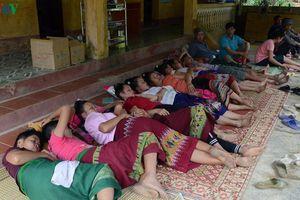 Ăn tiệc mừng tân gia hơn 100 người phải nhập viện