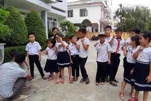 Không đồng tình sáp nhập trường, phụ huynh Quảng Nam dắt con gặp lãnh đạo Sở GD-ĐT