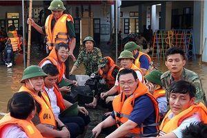 Phó Thủ tướng Vương Đình Huệ đi thuyền vào thăm bà con vùng 'rốn lũ' Hà Tĩnh
