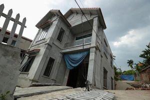 Nhà 2 tầng ở Hà Nội lún nghiêng vì 'hố tử thần', cặp vợ chồng mất nhà, gánh khoản nợ lớn