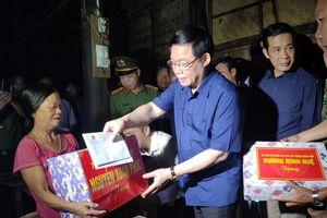 Phó Thủ tướng Vương Đình Huệ thăm nhân dân vùng lũ Quảng Bình