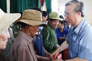 Thường trực Ban Bí thư Trần Quốc Vượng thăm động viên người dân vùng lũ Hà Tĩnh