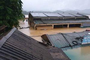 'Rốn lũ' Hà Tĩnh: Suốt 3 ngày ngồi trên mái nhà, ăn mì gói chờ nước rút