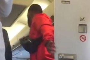 'Vui vẻ' trong toilet tận 10 phút, cặp đôi ngượng chín mặt vì ánh mắt của các hành khách cùng chuyến bay