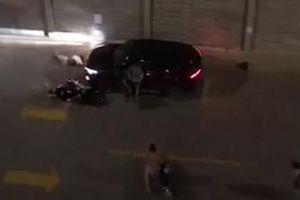 Video ghi hình thanh niên cố tình lái ô tô húc văng đôi vợ chồng ở Sài Gòn để trả thù