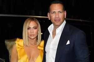 Jennifer Lopez trẻ trung với đầm vàng rực, sánh đôi tình tứ bên bồ trẻ
