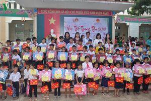 Phó Chủ tịch nước Đặng Thị Ngọc Thịnh tặng quà trung thu trẻ em