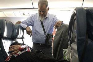 Bức hình người đàn ông đứng suốt 6 tiếng trên máy bay để nhường ghế cho vợ ngủ khiến cộng đồng mạng tranh cãi