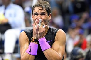 Thắng kịch tính Medvedev, Nadal tiến gần kỷ lục của Federer