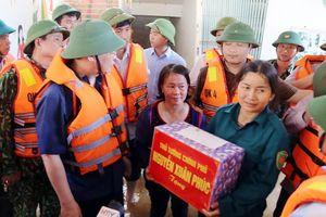 Phó Thủ tướng Vương Đình Huệ thăm nhân dân vùng lũ