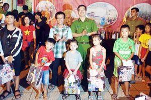 CATP Đà Nẵng trao quà cho các em thiếu nhi nhân dịp Tết Trung thu