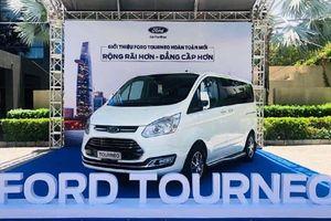 Xe Ford Tourneo đề xuất từ 900 triệu đồng tại Việt Nam