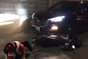 Bị đâm thương tích, thanh niên lái ô tô tông hai người nhập viện