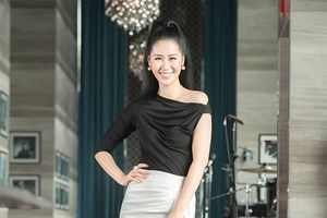 Dương Thùy Linh diện trang phục công sở đơn giản với tông màu đen trắng