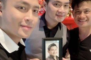 Cảm động diễn viên Minh Luân mang di ảnh nghệ sĩ Anh Vũ đi giỗ Tổ
