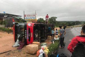 Lật xe khách, 3 người bị thương, nhiều hành khách hoảng loạn