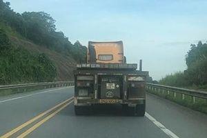 Xe container 'hạ' hàng loạt dải phân cách trên cao tốc Nội Bài- Lào Cai