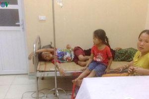 Ăn bánh dẻo mừng tân gia: 40 người ngộ độc phải nhập viện