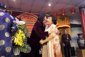Làm giỗ tổ lớn, Minh Vương, Lệ Thủy công khai hôn nhau