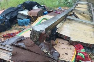 Tường bê tông đổ sập do mưa lớn, 3 người tử vong