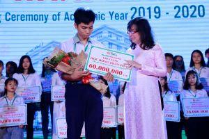Hai anh em song sinh được nhận học bổng vì thi quốc gia đạt điểm cao