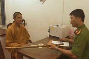 Thầy chùa dùng gậy đập vỡ kính ô tô của người đi đường vì không được vượt