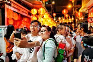 Phố lồng đèn ở Sài Gòn chật kín người đổ về check-in trước thềm Trung Thu