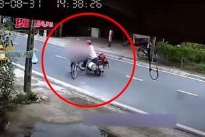 Clip: Gã đàn ông chặn xe đạp thiếu nữ để giở trò biến thái giữa đường