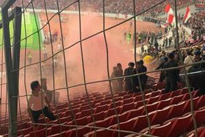 Bạo loạn trận Indonesia - Malaysia: fan chủ nhà ném đá, xô xát với nhóm CĐV đội khách