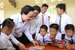 Bộ trưởng Phùng Xuân Nhạ dự khai giảng muộn ở 'rốn lũ' Tân Hóa