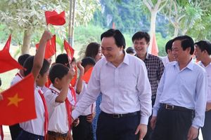 Bộ trưởng Bộ GD&ĐT dự khai giảng muộn vùng lũ Quảng Bình