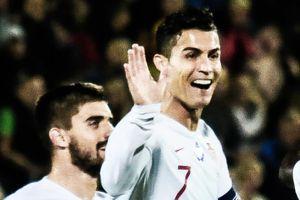 Thủ môn bắt bóng vụng về giúp Ronaldo có bàn thắng