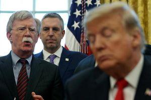 TT Trump nói sa thải cố vấn 'diều hâu', cố vấn lại nói mình tự từ chức