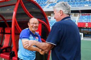 HLV Park đứng ở cửa phòng, chờ gặp Hiddink tại Trung Quốc