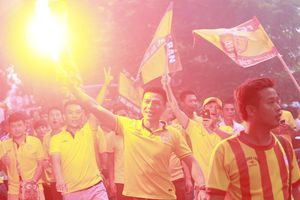CĐV Nam Định diễu hành, đốt pháp sáng hâm nóng trận đấu với Hà Nội FC
