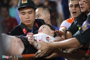 CĐV Hà Nội đi cấp cứu do trúng pháo sáng trên sân Hàng Đẫy