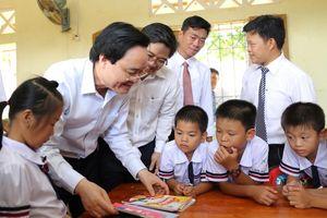 Bộ trưởng Phùng Xuân Nhạ dự khai giảng muộn cùng thầy trò vùng lũ Quảng Bình