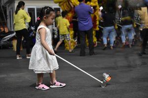 Trẻ em Sài Gòn thích thú rước lồng đèn trung thu tái chế từ lon sữa bò
