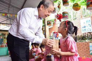 Thừa Thiên-Huế: Chủ tịch UBND tỉnh thăm, tặng quà Trung thu cho các cháu thiếu nhi