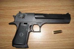 Mâu thuẫn cãi nhau, rút súng nã 3 phát đạn vào nạn nhân