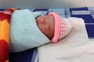 Bé gái sơ sinh bị bỏ rơi trong túi nilon trước cổng chùa