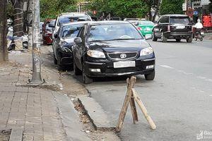 Mang ghế gãy chân, đặt 'chông' bên đường cản xe hơi đậu trước cửa hàng